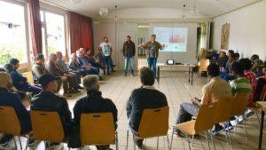 Flüchtlinge informieren über Wege in den Beruf
