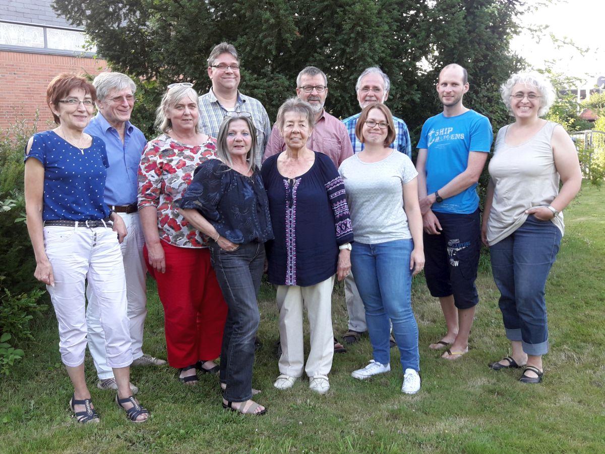 Gruppenfoto des 2018 gewählten erweiterten Vorstands der Flüchtlingsinitiative Weilerswist