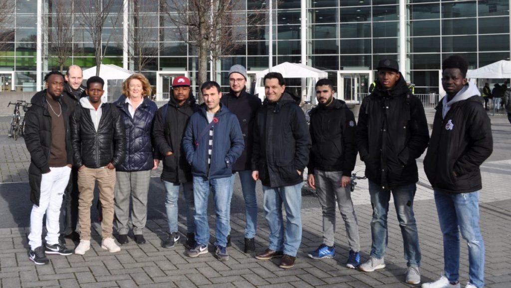 Besuchen die Einstieg 2019: Eine Gruppe der Flüchtlingsinitiative Weilerswist vor den Messehallen in Köln. Bild: FIW