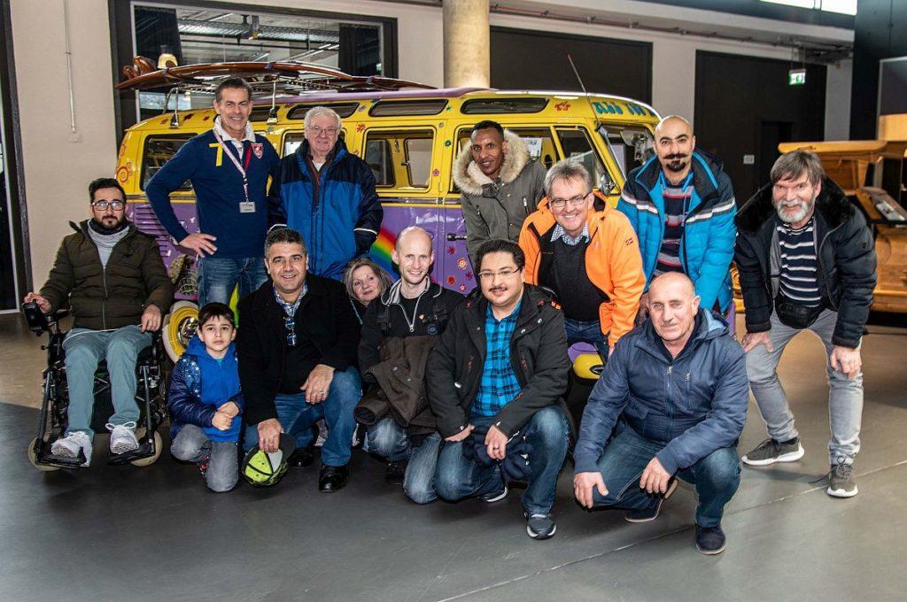 """Gruppenfoto vor einem VW-Bus T1 """"Samba"""""""